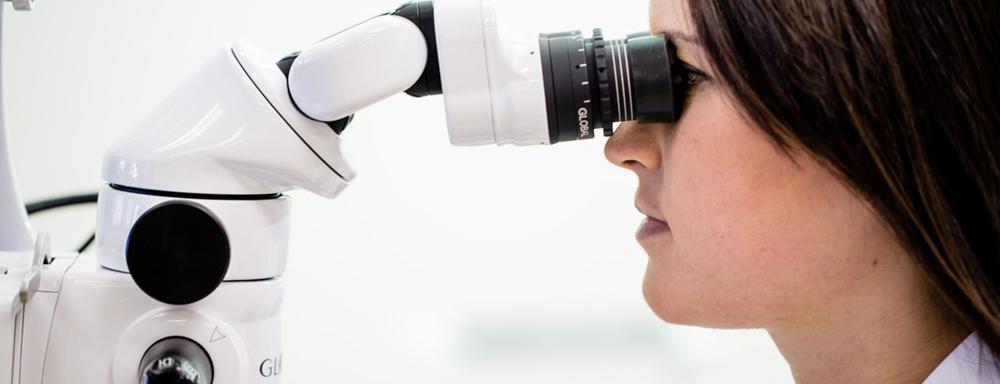 стоматологический операционный микроскоп global и женщина